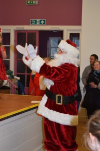 00015Alva Christmas Fayre '15 - Santa applauding choir